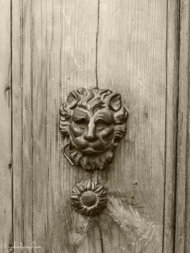 Löwe an einer Türe in Villasimius