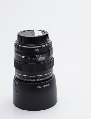 Canon EF 85mm 1:1,8 USM mit Kaiser Gegenlichtblende