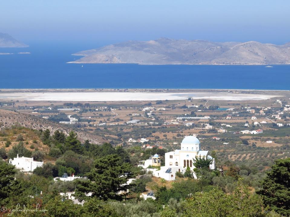 ....Blick von Zia auf die umliegenden Inseln und einem ausgetrocknetem Salzsee