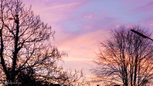 Wolkenstimmung zum Sonnenuntergang mit einer Spiegelreflexkamera aufgenommen